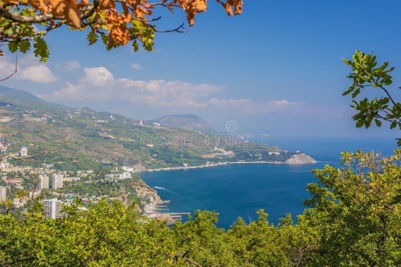 Kleine stad op de kust van de Zwarte Zee tegen blauwe hemel stock foto's