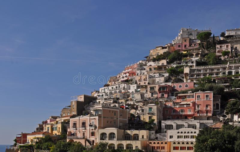 Kleine stad van Positano langs Amalfi kust met zijn vele prachtige kleuren en terrasvormige huizen, Campania, Itali? stock afbeeldingen