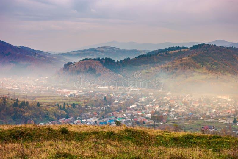 Kleine stad in wazige vallei op sombere middag royalty-vrije stock afbeelding