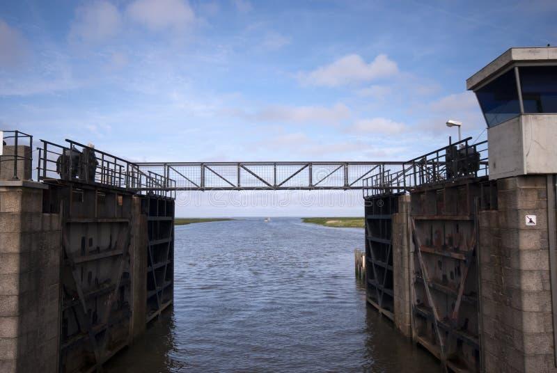 Kleine Stahlbrücke über Verriegelungsraum lizenzfreie stockfotos