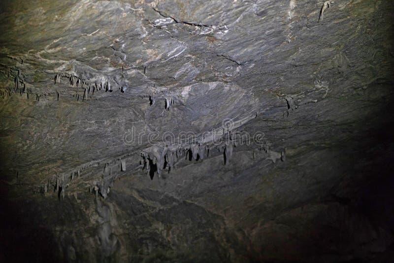 Kleine stalactieten, rotsvormingen die druppeltjes van de holbogen hangen royalty-vrije stock afbeelding