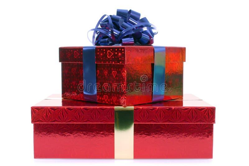 Kleine stapel rode dozen van de Kerstmisgift met blauwe die lintboog op witte achtergrond wordt geïsoleerd royalty-vrije stock fotografie