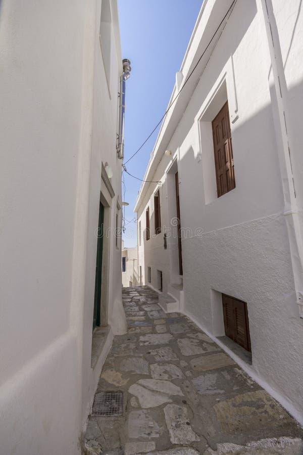 Kleine steeg tussen witte huizen op Naxos royalty-vrije stock afbeelding