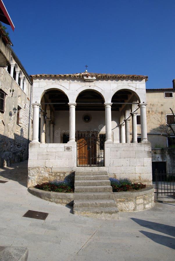 Kleine steen binnen tot gemaakt kapel op het vierkant in Vrsar in Kroatië stock foto's