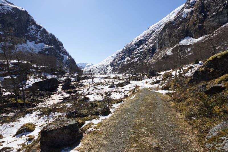 Kleine Straße durch Gebirgspass - West-Norwegen stockbilder
