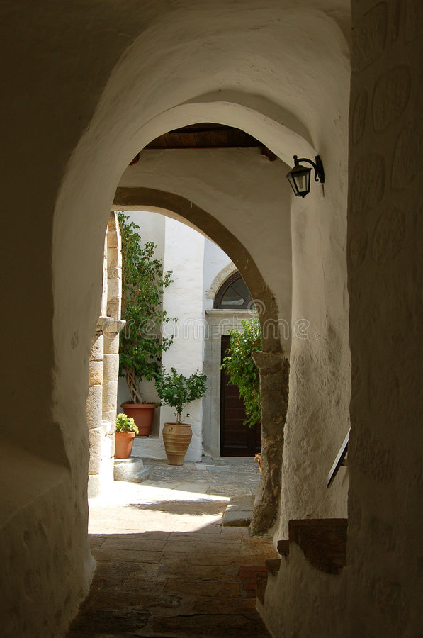 Kleine Straße in Griechenland lizenzfreies stockbild