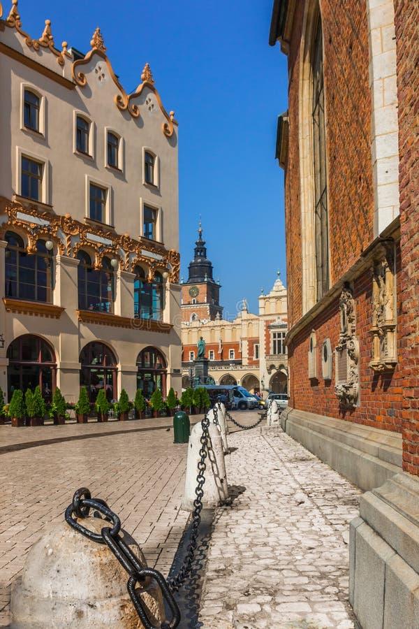 Kleine Straße Krakaus, Polen führt zu Hauptmarktplatz lizenzfreie stockfotos