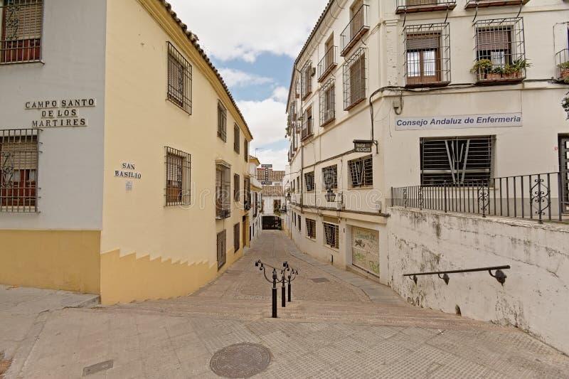 Kleine Straße mit Treppenhaus- und tradtionalhäusern in Cordoba, Spanien lizenzfreie stockfotos