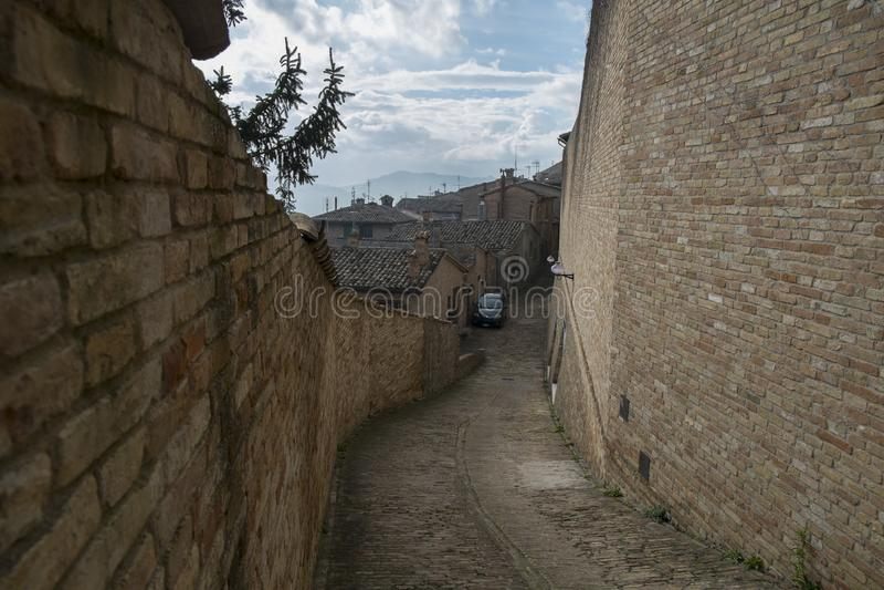 Kleine Straße in Urbino, Italien stockbilder