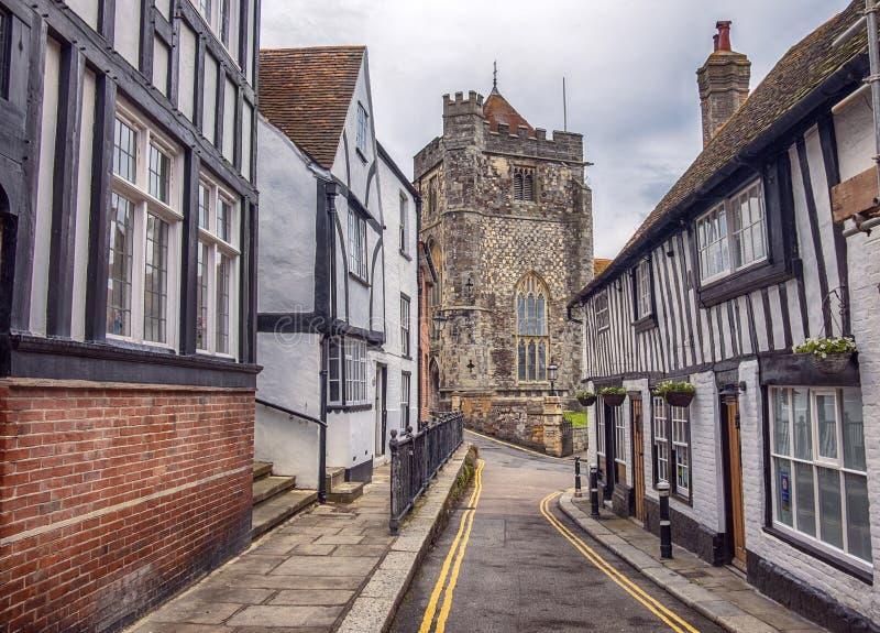 Kleine Straße zu St- Clementkathedrale in Hastings, Großbritannien lizenzfreie stockfotografie