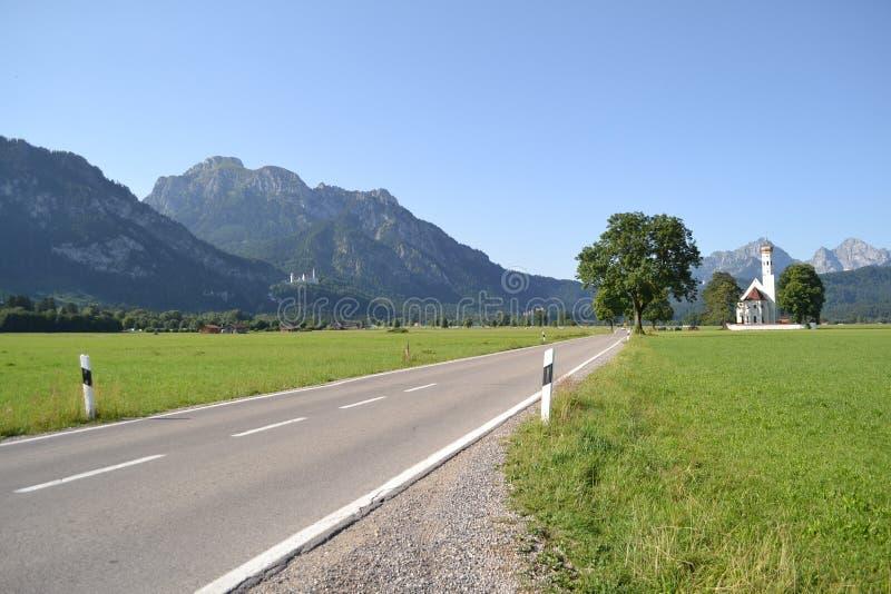 Kleine Straße zum Dorf in Deutschland lizenzfreie stockfotografie