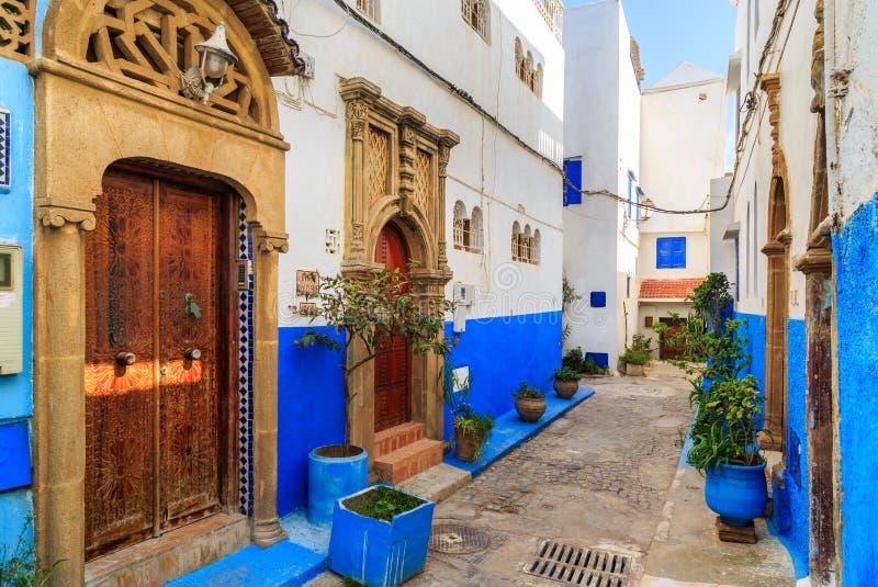 Kleine Straßen in Blauem und in weißem im kasbah des alten Stadt Ra lizenzfreies stockfoto