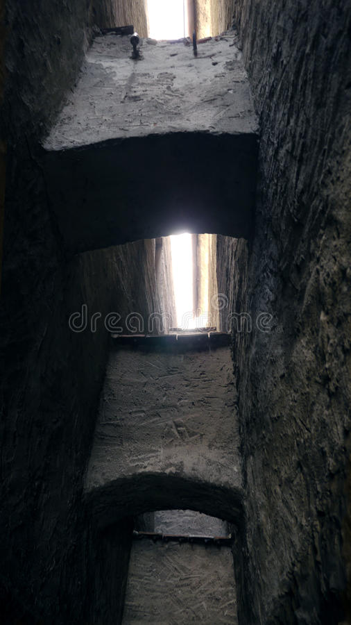 Kleine Straßenenge in der mittelalterlichen Stadt Straßengasse mit Steinwänden Dunkle Hintergasse Mysteriös die schmalste Straße stockfoto