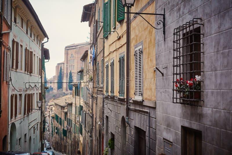 Kleine straat in de oude stad Siena royalty-vrije stock foto