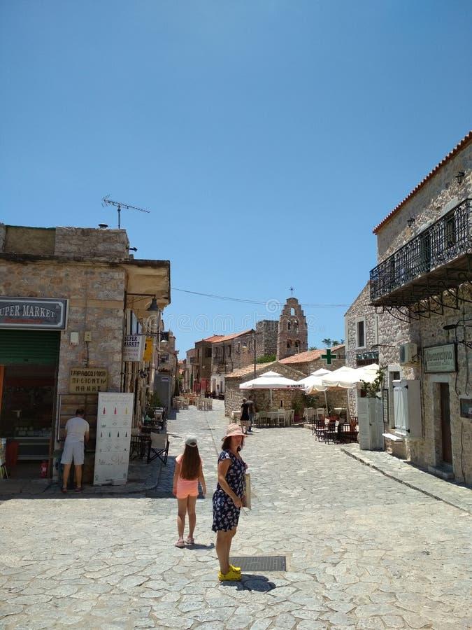 Kleine straat in een stad op de Peloponnesus royalty-vrije stock fotografie