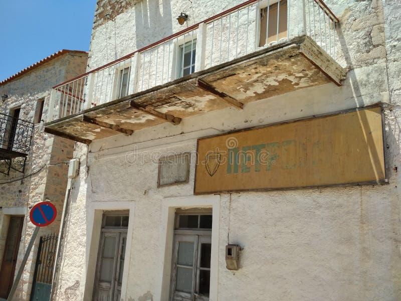 Kleine straat in een stad op de Peloponnesus stock foto's