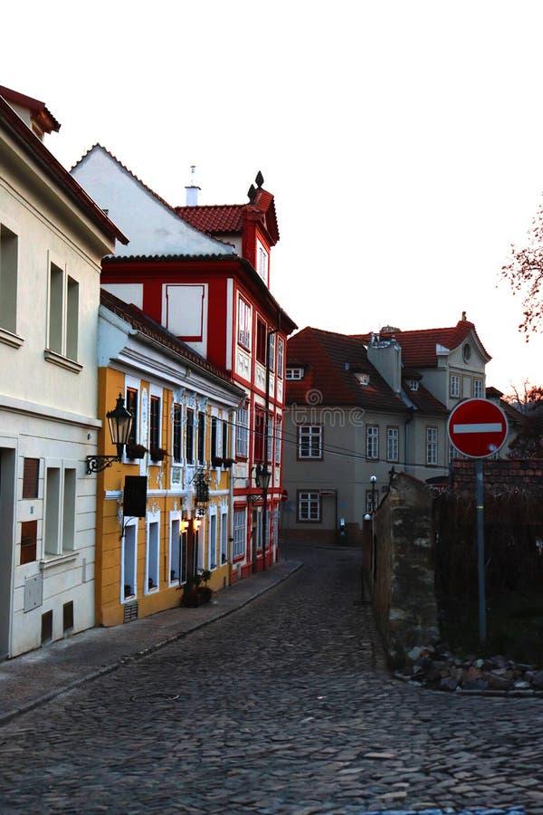 Kleine straat in Praag Zonsondergang stock afbeeldingen