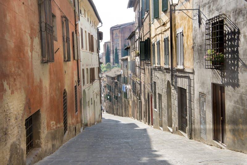 Kleine straat in Siena, Italië royalty-vrije stock afbeeldingen