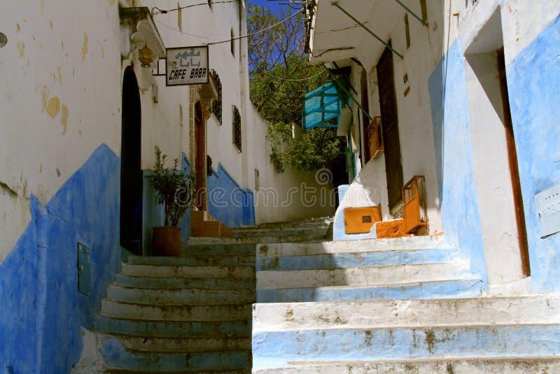 Kleine straat in Tanger stock foto