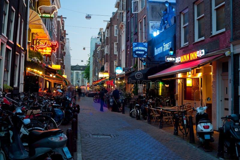 Kleine straat van Amsterdam bij nacht royalty-vrije stock foto