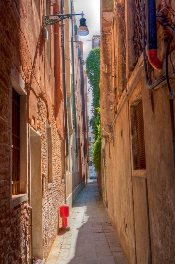 Kleine straat in Venetië royalty-vrije stock afbeeldingen