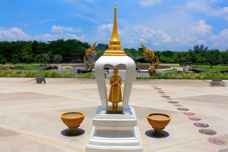 Kleine stupa van Boedha en cirkeldoekmatten op de vloer bij de ingang van Boeddhistisch tempelverbod Nong Chaeng, Phetchabun, Tha royalty-vrije stock foto's