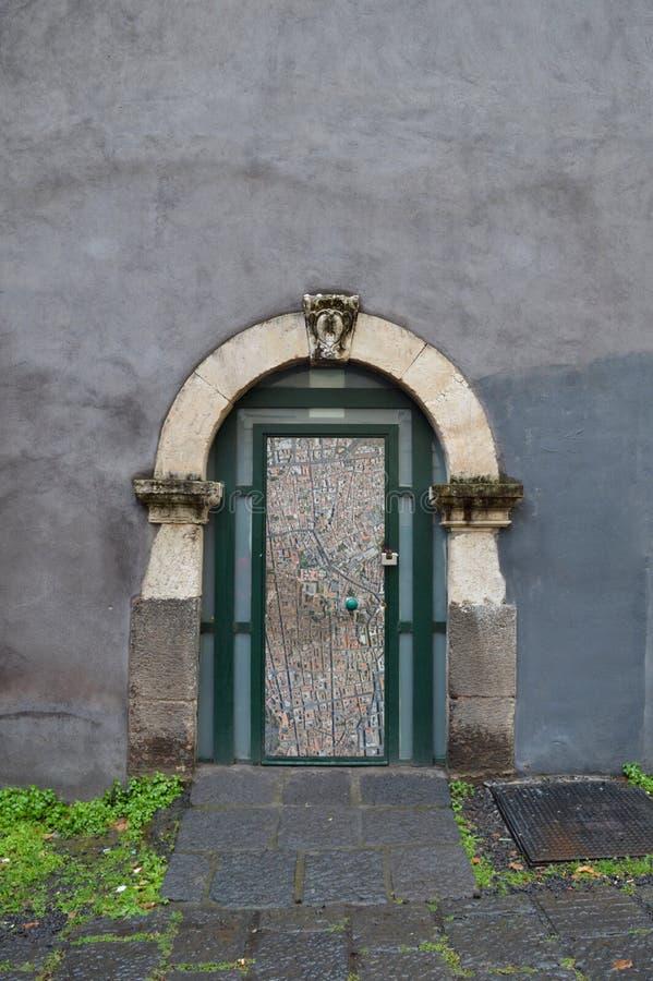 Kleine Tür unter einem Bogen stockbilder