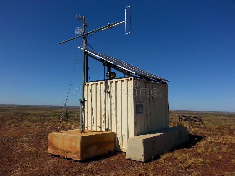 Kleine Telekommunikationshütte mit Mikrowellentellern stockfotografie