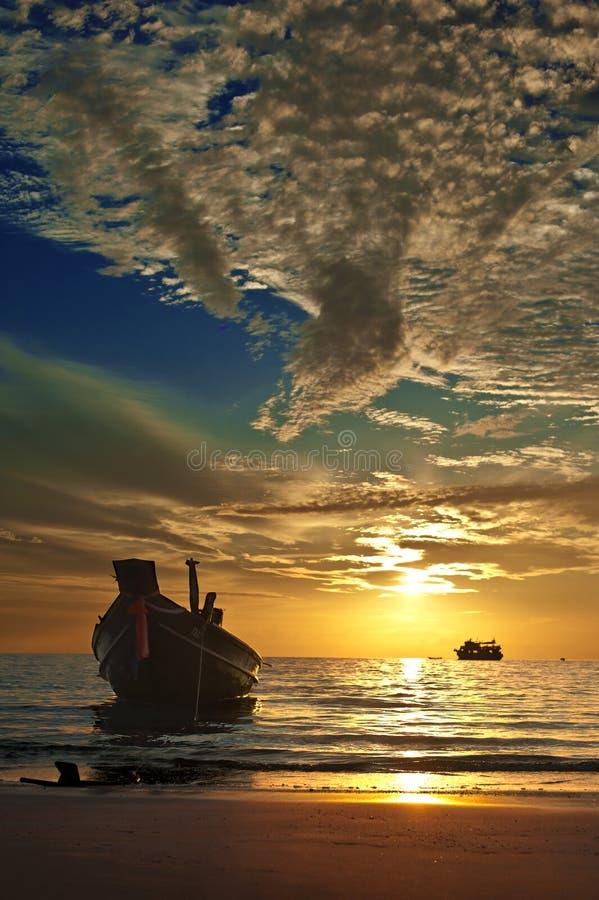 Kleine Thaise boot bij tropische zonsondergang royalty-vrije stock afbeeldingen