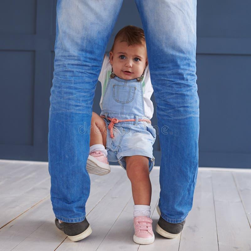 Kleine Tochter, die oben auf Vater, Spaß habend klettert lizenzfreie stockbilder