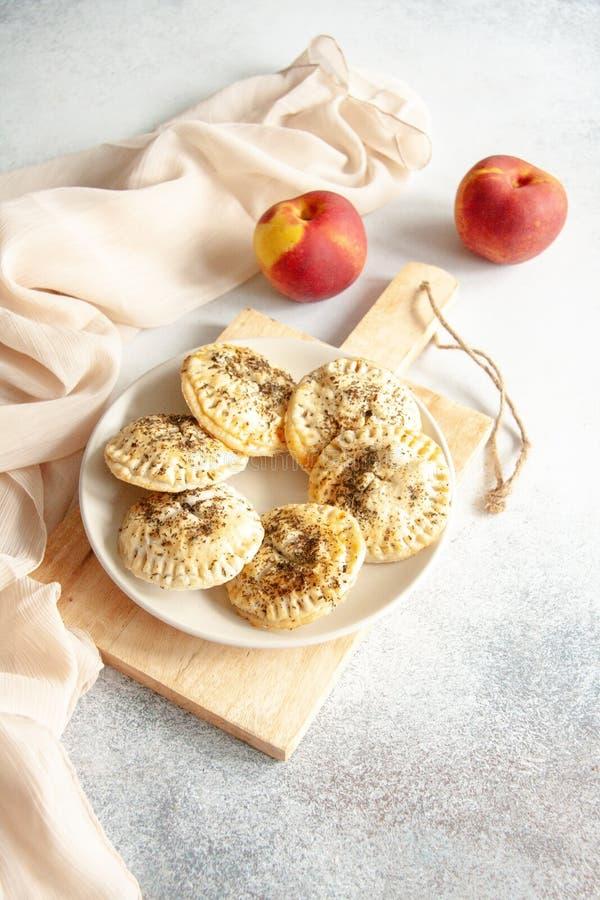 Kleine Torten mit Pfirsich und Minze stockfotos