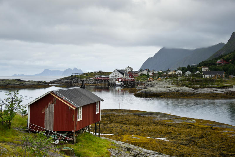Kleine traditionelle Häuser auf Lofoten-Inseln in Norwegen lizenzfreie stockfotos