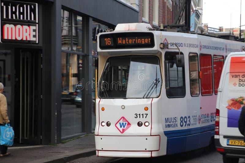 Kleine tram van HTM op spoor in Den Haag The Hague van de binnenstad in Nederland Deze GLT-tram heeft een plastic neus voor veili royalty-vrije stock foto's