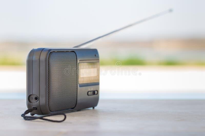 Kleine transistorradio met een buiten handvat van het koordkoord royalty-vrije stock afbeelding