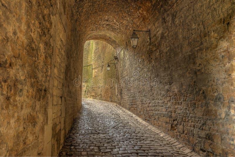 Kleine tunnel die tot de toegang van het Sedankasteel leiden stock foto