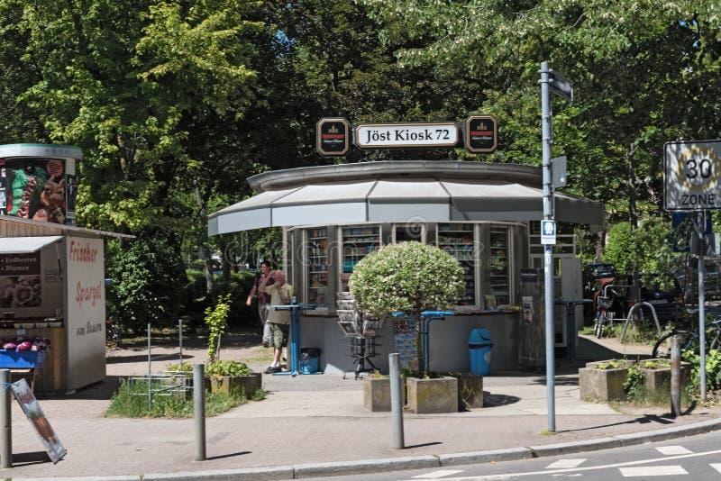 Kleine typische kiosk in het noorden van Frankfurt-am-Main Duitsland stock fotografie