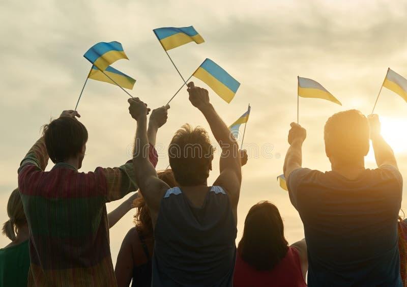 Kleine ukrainische Flaggen stockbilder