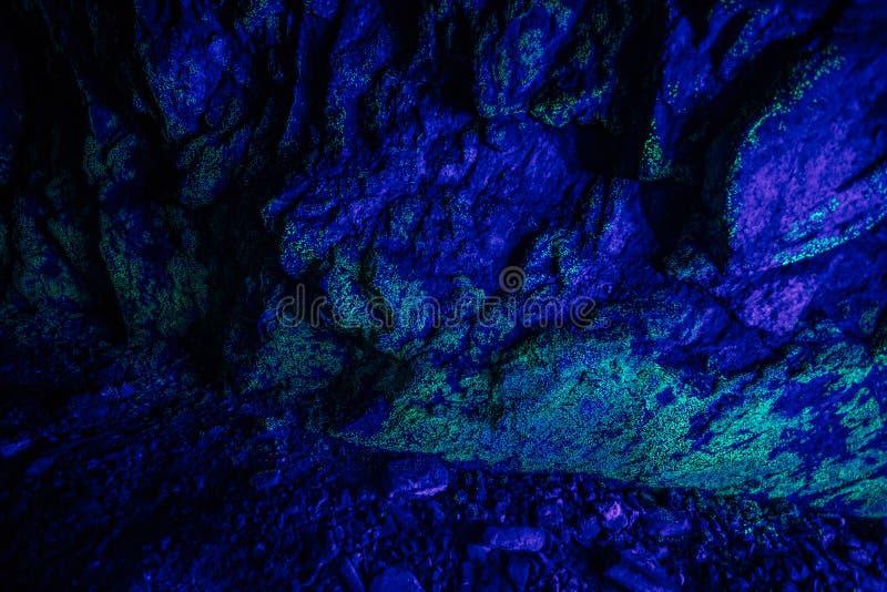 Kleine Uran Ablagerung illuninated durch UV-Licht stockbilder