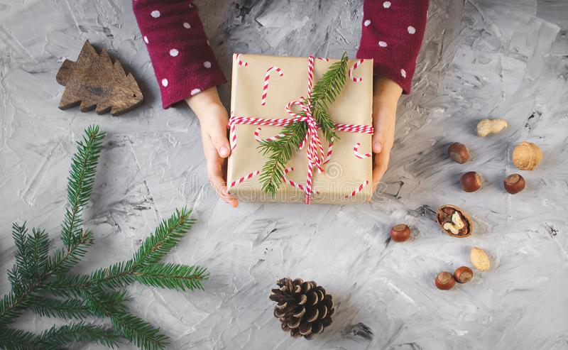 Kleine van de het meisjesholding van de handenbaby van het Kerstmisnieuwjaar de giftdoos, partijconcept stock afbeeldingen