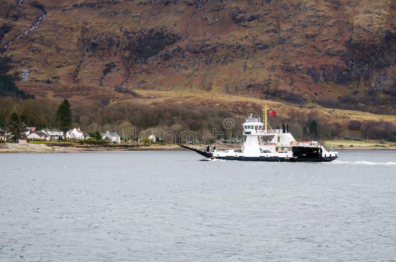 Kleine Veerboot Kruising een Bergmeer op een de Winterdag royalty-vrije stock foto