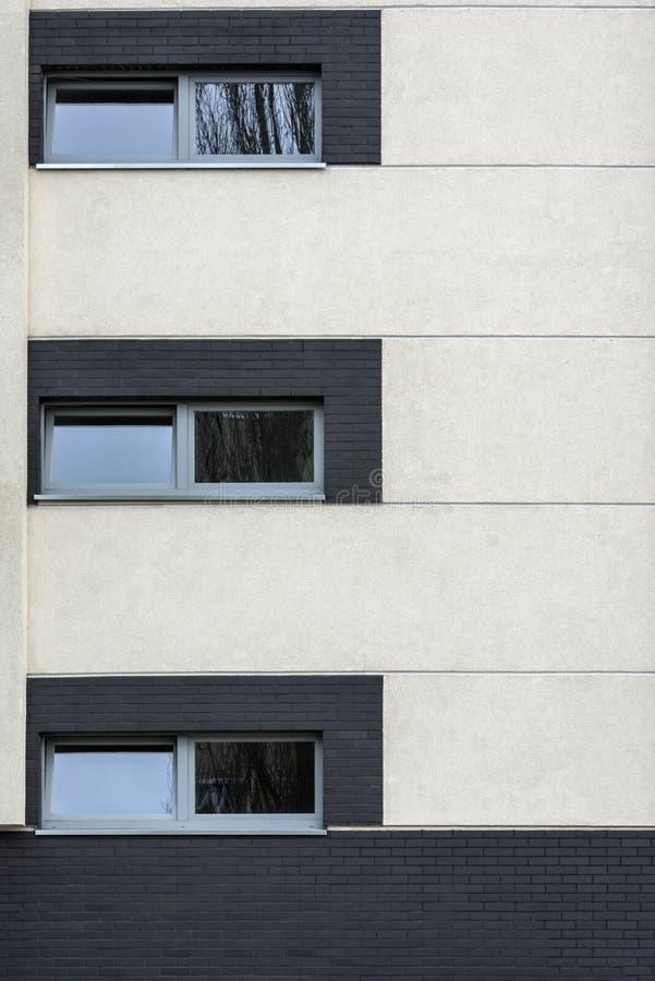 Kleine vensters in de multibuitenkant van het familiehuis royalty-vrije stock afbeeldingen