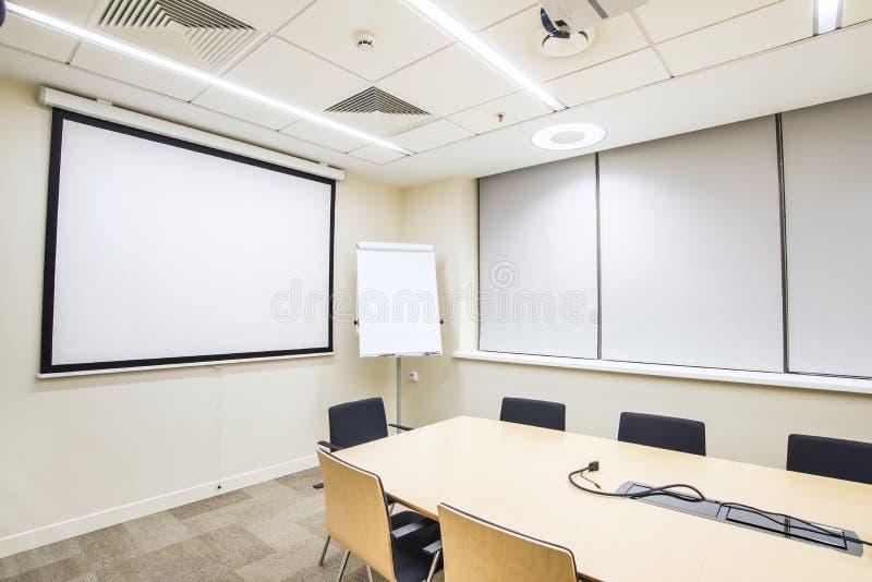 Kleine vergadering of opleidingsruimte met TV-projector royalty-vrije stock foto