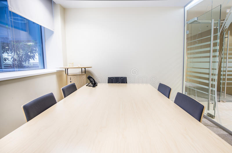 Kleine vergaderingsruimte Modern helder bureau stock afbeelding