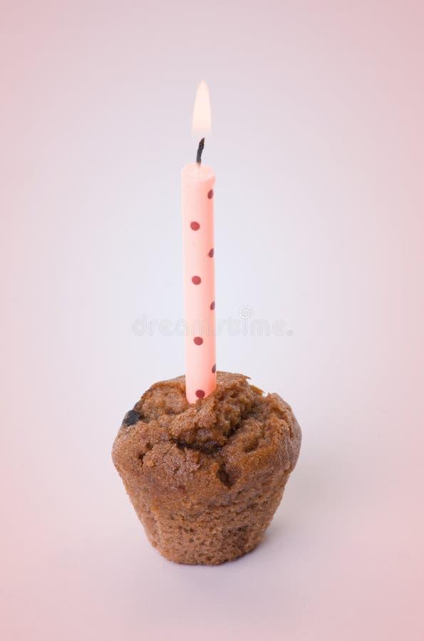 Kleine verjaardagscake met één kaars stock foto