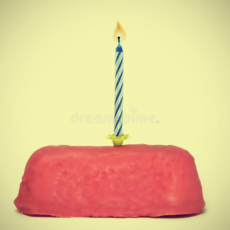 Kleine verjaardagscake met kaars stock afbeeldingen