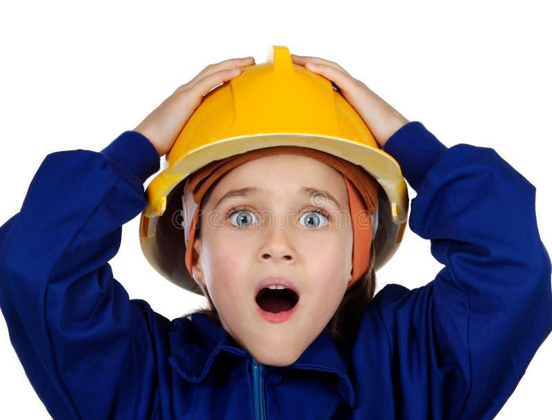 Kleine verraste arbeider die met gele helm haar mond openen royalty-vrije stock foto's