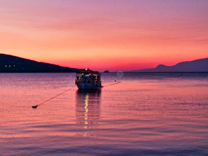Kleine vissersboot in de Golfbaai van Corinthian in Dawn, Griekenland stock foto
