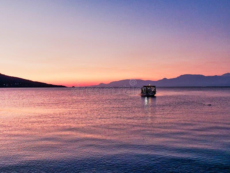 Kleine vissersboot in de Golfbaai van Corinthian in Dawn, Griekenland royalty-vrije stock foto