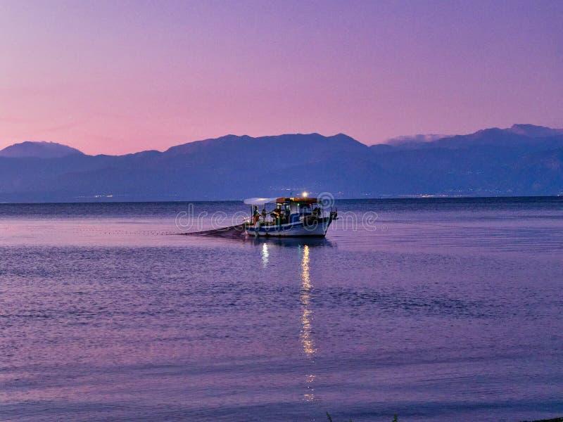 Kleine vissersboot in de Golfbaai van Corinthian in Dawn, Griekenland royalty-vrije stock foto's