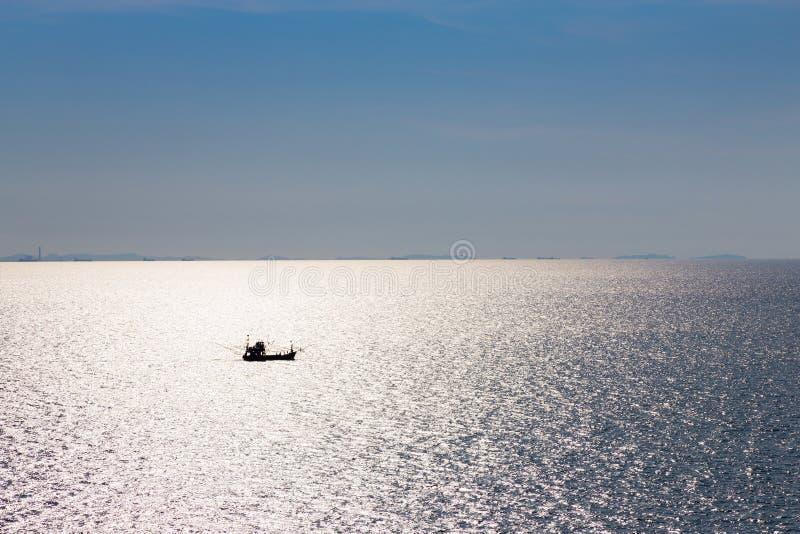 Kleine vissersboot in de oceaan stock afbeelding